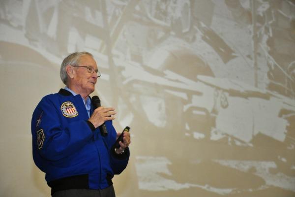 Brig. Charles Duke ministra palestra aos cadetes  Cb. Diego/AFA