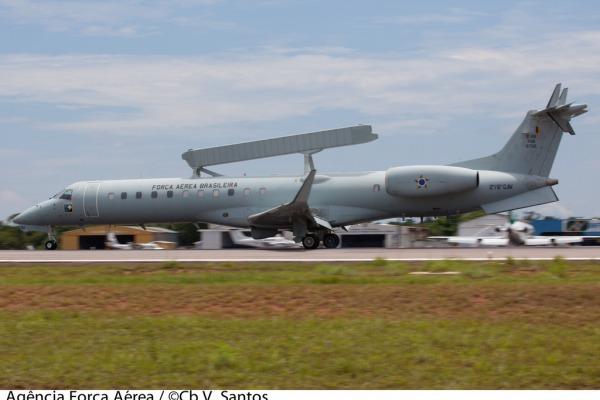 A versão intermediária da aeronave modernizada E-99M deve atender a demanda operacional na defesa do espaço aéreo