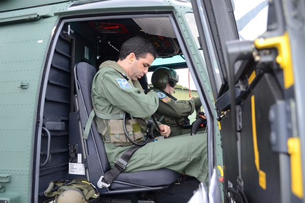 Os pilotos participaram de avaliação nos cinco únicos países do mundo que têm escola de formação de ensaio em voo