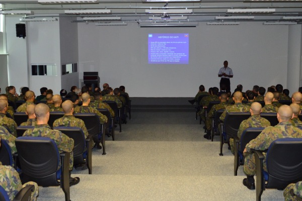 Coronel Gilmar ministra palestra sobre a missão  S2 Molina / COMAR IV
