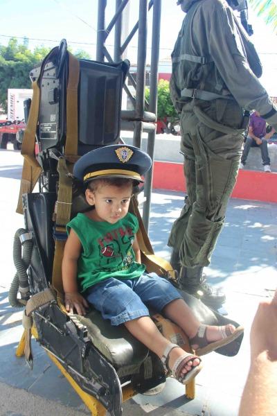 Visitante tirando foto no estande em Jucurutu  2S Silva Lopes/BANT