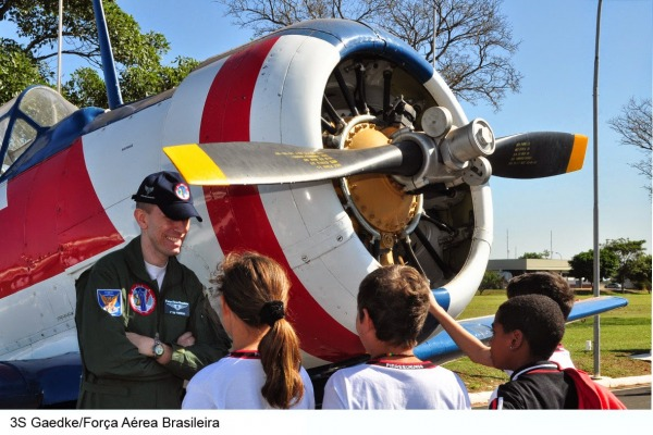 As crianças conheceram aeronaves históricas, como o T-6  AFA