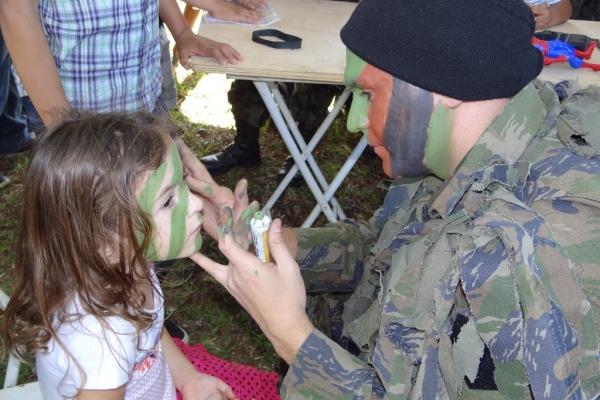 Os jovens participaram da formatura semanal, além de brincadeiras e atividades educativas