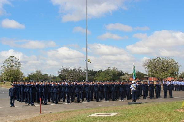 Durante a formatura acontece o Compromisso à Bandeira Nacional  CV Juarez/BAAN