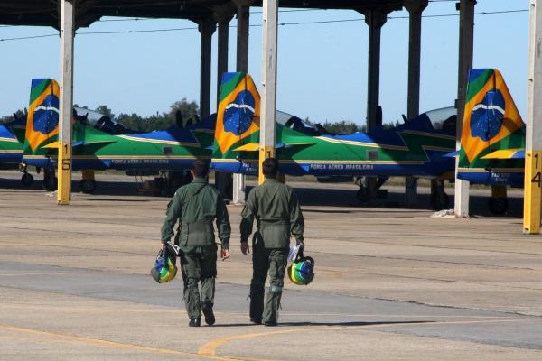 Pilotos vão em direção aos aviões   Ten Cocate