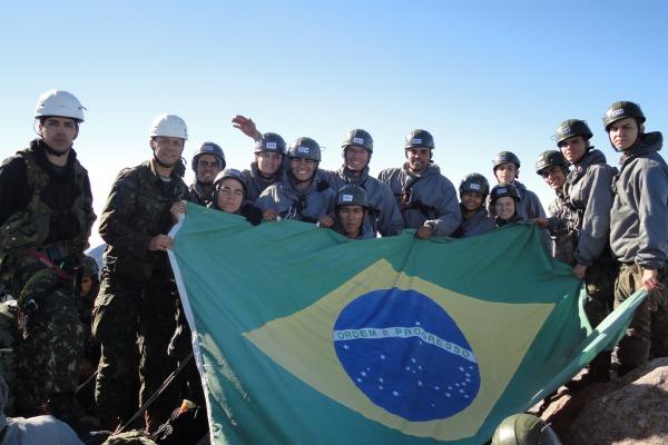 14 cadetes, incluindo quatro mulheres, conquistaram o pico de 2.791 metros de altitude ao lado de cadetes do Exército Brasileiro