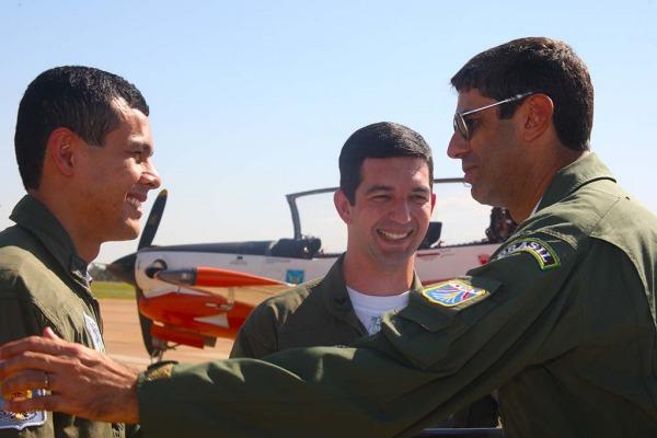 Comandante da Fumaça cumprimenta novos pilotos  Ten Cocate/EDA