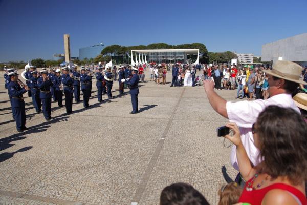 A cerimônia foi realizada nesse domingo e homenageou Santos Dumont
