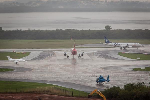 Estão previstos entre 600 e 900 pousos e decolagens para o domingo. Número é o dobro da média para o Galeão