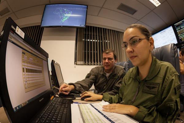 Militar analisa planejamento de voos para domingo  Sgt Bruno Batista / Agência Força Aérea