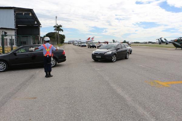Militar coordenando o trânsito de veículos  SO Magda Silvia Ferreira
