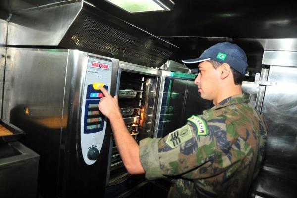 Entre os vários equipamentos do Rodomapre está o forno combinado  EEAR/Sgt Diniz