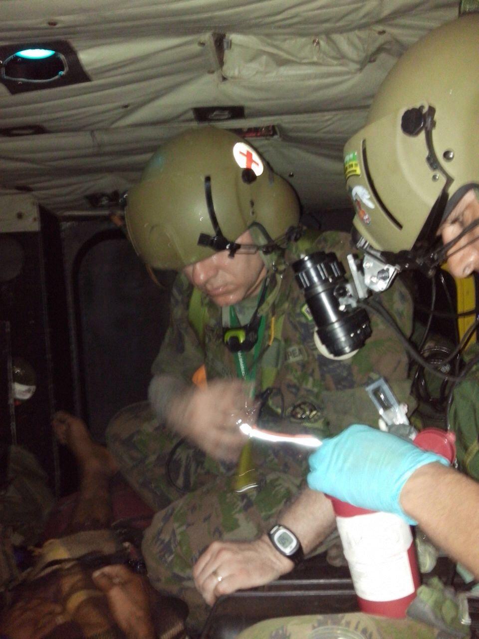 Médico militar atende a bordo do helicóptero  Sgt Johnson Barros / Agência Força Aérea