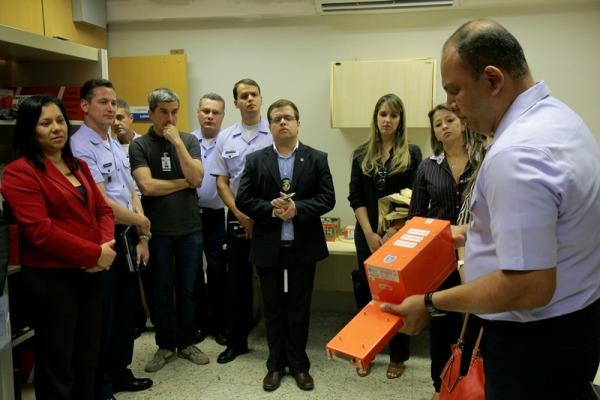 Comitiva conhece o Laboratório de Gravador de Voo  Sgt Flávio Santos