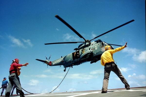 Sea King em operação naval  Marinha do Brasil (Flickr Oficial)
