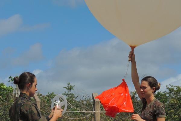 Militares lançam balão sondagem meteorológica  1º Sgt Daniel/ CLA