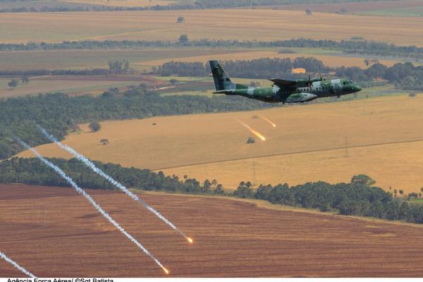 C-105 lança flares  Sgt Batista / Agência Força Aérea
