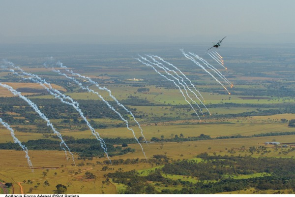 C-105 escapa de ameaça antiaérea  Sgt Batista / Agência Força Aérea