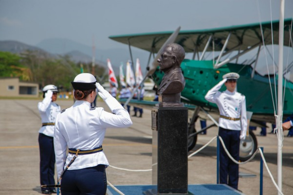 A solenidade foi marcada pelo sobrevoo de aeronaves e desfile militar