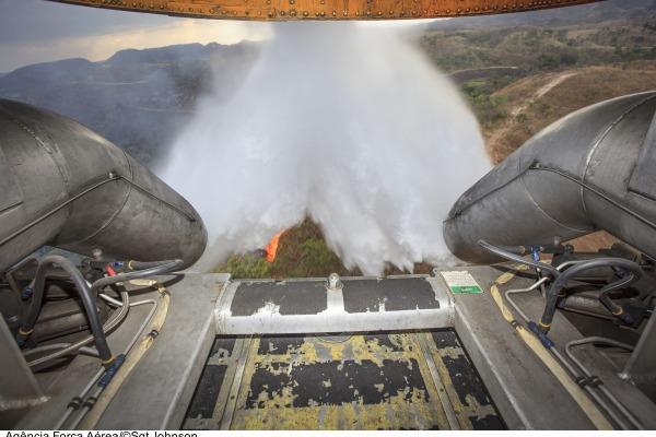 A aeronave utilizada na missão é o C-130 Hércules que pode levar até 12 mil litros de água