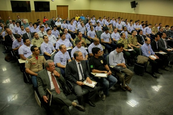 Alunos na sala de aula do CENIPA  Sgt Flávio Santos