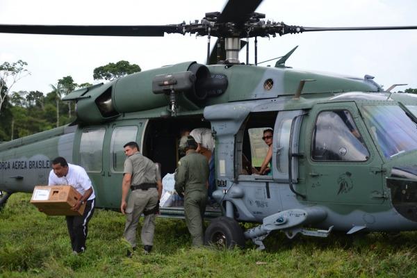Piloto de helicóptero explica as dificuldades para chegar às comunidades que vivem próximas à fronteira