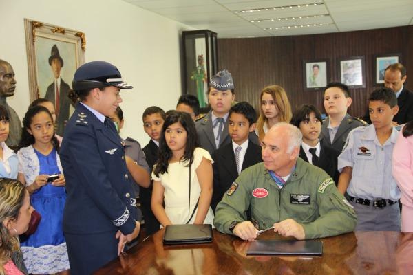 Crianaças visitam Gabinete do Comandante  Sd Rocha / IV COMAR