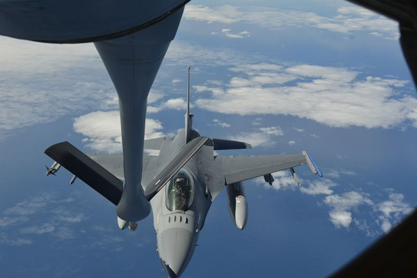 FAB participa de missão com um avião de reabastecimento em voo KC-130 e quatro caças F-5EM