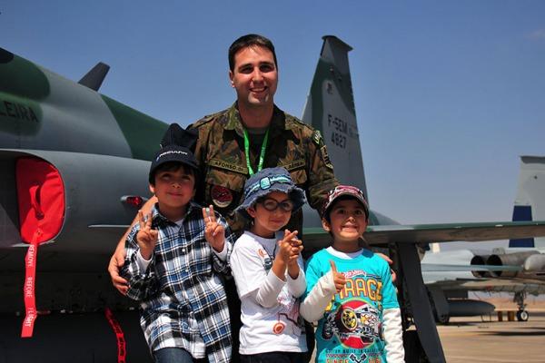Criancas chilenas conhecem caca brasileiro  Ten. Humberto/Agência Força Aérea