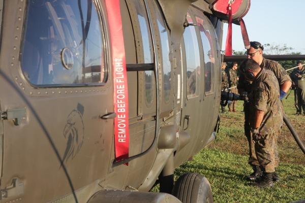 Aeroporto da cidade é usado para reabastecimento remoto. O combustível chega ao tanque do avião C-105 Amazonas