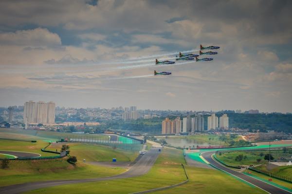A Esquadrilha da Fumaça realizou quatro passagens sobre o Autódromo de Interlagos durante o evento