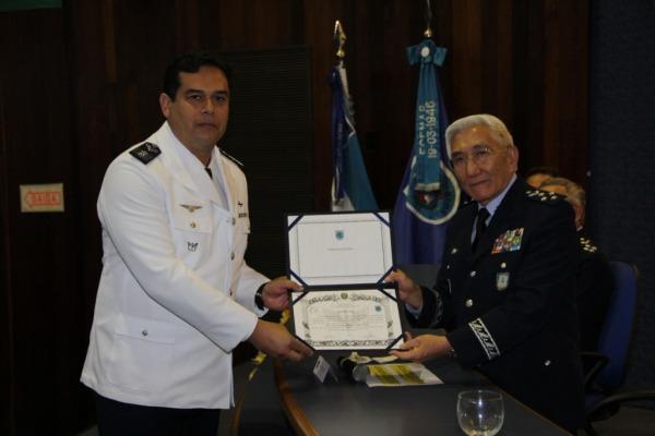 1º Colocado do CCEM recebe diploma do Comandante da Aeronáutica  SO Tostes