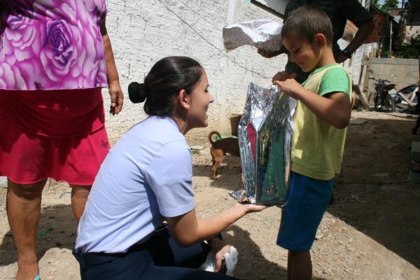 Militares da BAFL realizaram a distribuição de presentes e doces no Bairro José Nitro, na Grande Florianópolis