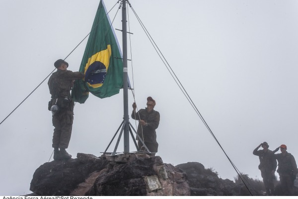 Veja como foi a jornada dos militares que realizam a troca da Bandeira Nacional no Pico da Neblina (AM)