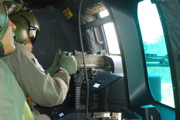 Os pilotos e tripulantes treinaram o tiro lateral na aeronave H-36 Caracal