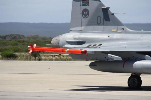 A-Darter fez manobra de 90° e destruiu o alvo sobre o estante de tiro na África do Sul