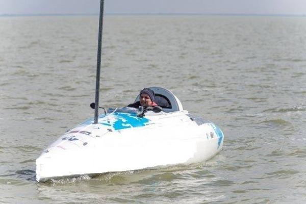 A embarcação pediu socorro após ser atacada por tubarões