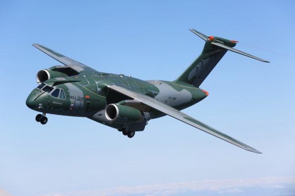Tenente-Brigadeiro Rossato acompanhou primeiro voo do jato brasileiro