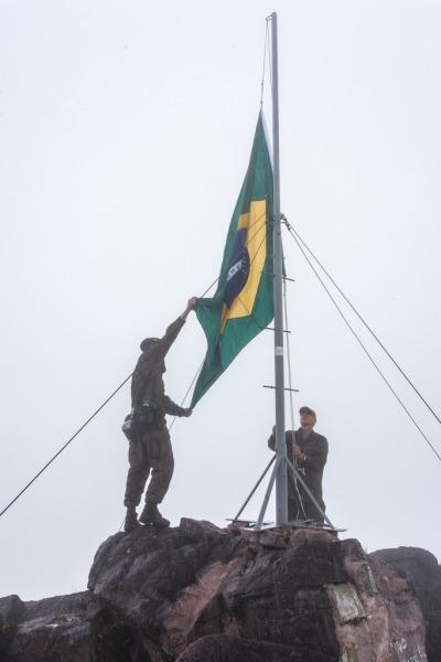 Militares vencem obstáculos da selva para trocar a bandeira nacional no ponto mais alto do Brasil
