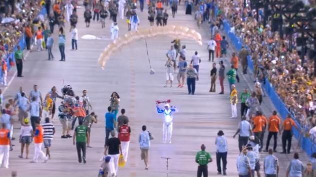 Enquanto a escola de samba aguardava para desfilar no sambódromo, militares da FAB trabalhavam para que não houvesse problema no salto dos paraquedistas