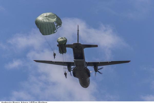 Os militares também estão habilitados para realizar lançamentos de material leve a partir de aeronaves