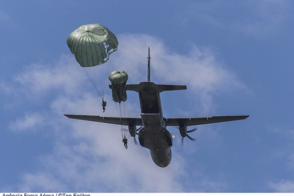 Lançamento a partir de aeronave C-105 Amazonas  Tenente Enilton / Agência Força Aérea