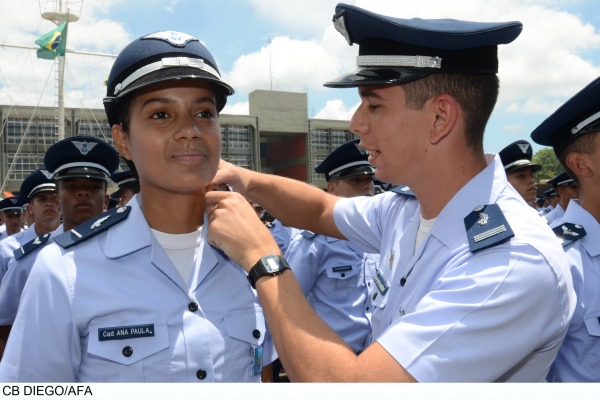 Os militares receberam as platinas que representam a incorporação dos jovens ao Corpo de Cadetes da Aeronáutica