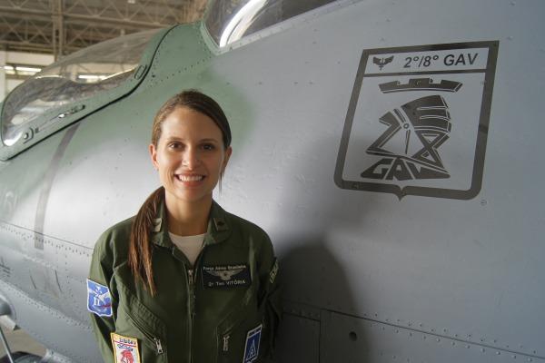 Aos 23 anos, a Tenente Vitória conduz uma máquina de guerra capaz de disparar mísseis e foguetes