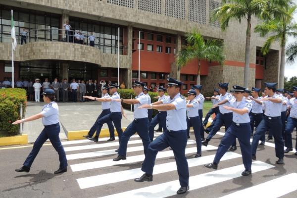 Efetivo do CLA em desfile no 32º aniversário  Sd Borges/ CLA