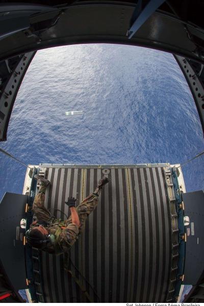 militar faz lançamento de sinalizador no mar  Sgt Johnson Barros / Agência Força Aérea