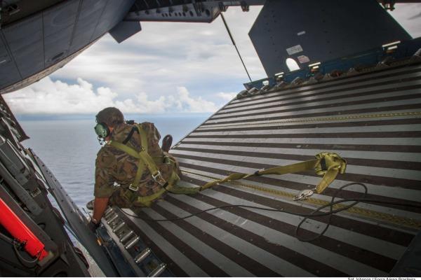 Mestre de salto observa local de lançamento  Sgt Johnson Barros / Agência Força Aérea