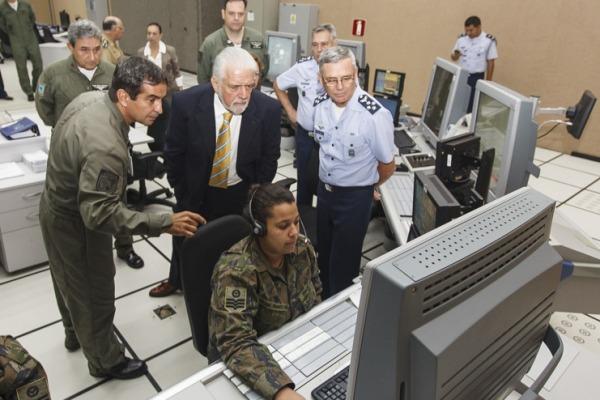 Ministro acompanhou o trabalho de militares responsáveis pela defesa aérea e tráfego aéreo do país