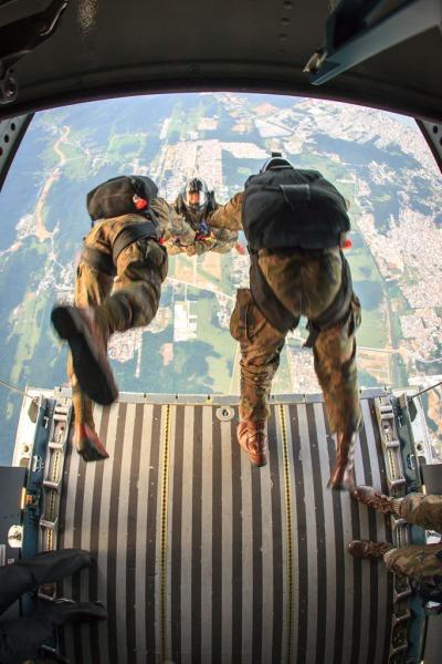 Paraquedistas participaram de treinamento  Sgt Johnson Barros