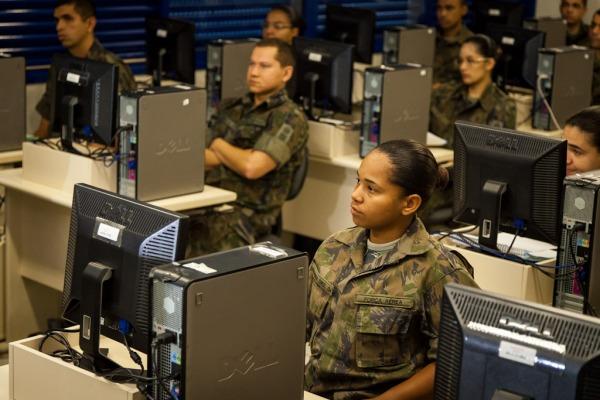 São duas possibilidades de ingresso, uma que exige ensino médio e a outra a formação técnica